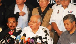 Najib at the Thursday Press Conference. With his is Sabah Chief Minister Datuk Musa Haji Aman and federal cabinet ministers.