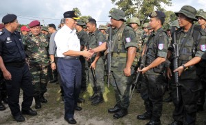 Najib meeting up with soldiers who had waited for his arrival Thursday. – All Borneo Insider Photos by Gordon Maliau